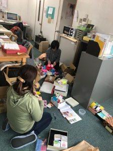 小物を整理するスタッフ